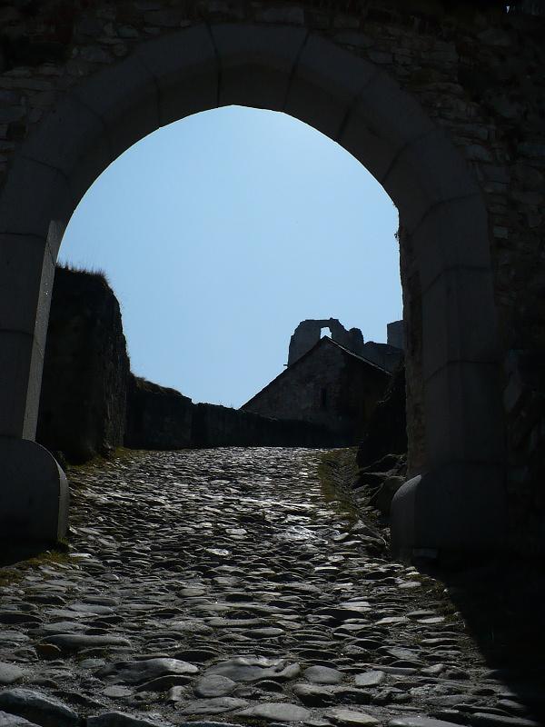 Vstup ke hradu a detail jeho historické cesty