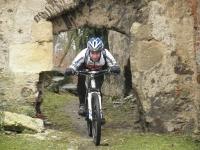 Martin projíždí nízkou brankou do hradu Roupov