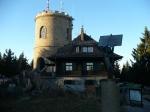 Rozhledna-Kleť-a-v-popředí-nejvýše-položené-sluneční-hodiny-v-Čechách.jpg