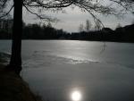 Zamrzlý rybník u hamru v Dobřívě